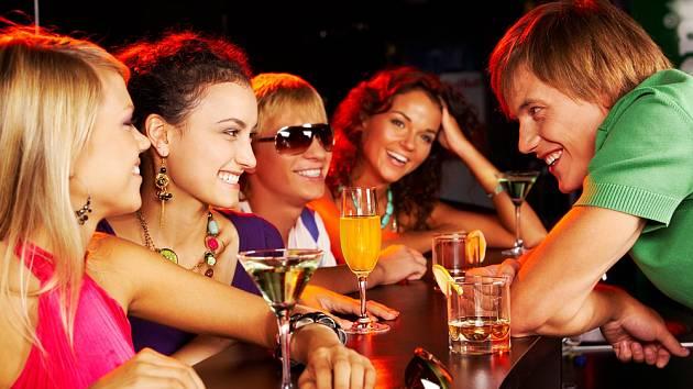 Mladí lidé a alkohol - Ilustrační foto