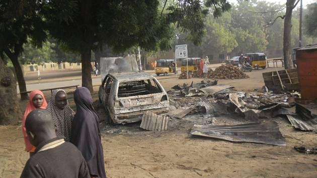 Radikálové z islamistického hnutí Boko Haram zahájili útok na dvě města na severu Nigérie. Oznámila to dnes armáda, která se snaží milionové město Maiduguri a blízké Monguno bránit s nasazením pozemních jednotek i letectva.