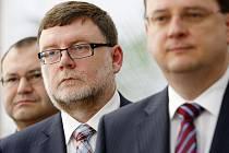 Zbyněk Stanjura (uprostřed).