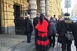 Před budovou odvolacího soudu