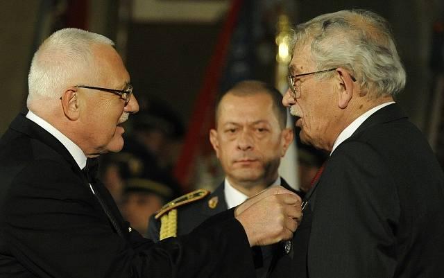 Karel Šiktanc (vpravo) přebírá z rukou Václava Klause Medaili za zásluhy o stát v oblasti kultury a umění.