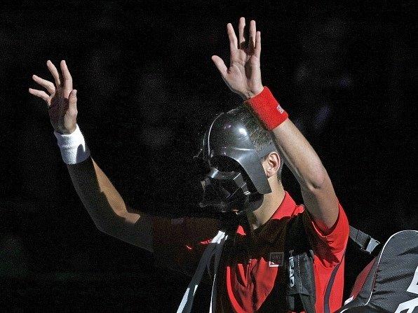 """""""Darth Vader"""" Djokovič triumfálně přichází na pařížský dvorec."""