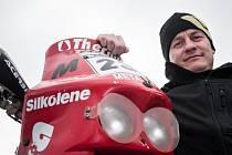 Motocyklový závodník a účastník Rallye Dakar David Pabiška po tiskové konferenci 24. listopadu v Sosnové na Českolipsku, kde se konala automobilová exhibice Setkání mistrů.