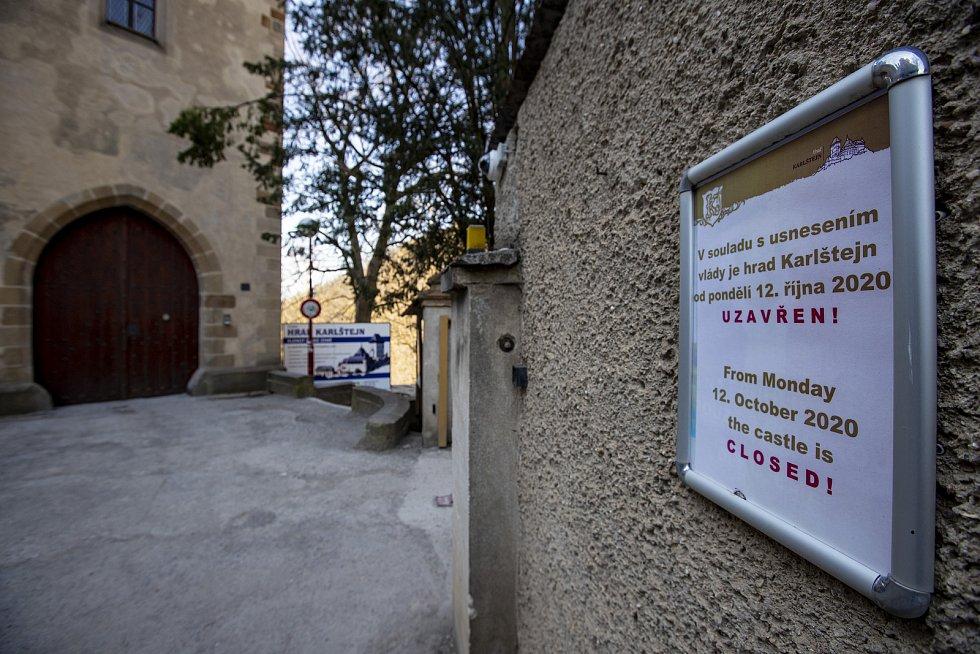 Karlštejn je vládním nařízením zavřený od 12. října 2020. Což je pro něj absolutně netypické, protože bývá přístupný celoročně. Naposledy byl uzavřen vroce 2002, kdy se dokončovala rekonstrukce statiky a a bylo zavřít v říjnu a opět otevřít až v dubnu.
