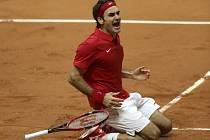 Roger Federer bezprostředně po vítězném třetím bodu ve finále Davis Cupu