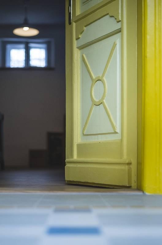 Architektka Petra Kocourková vpřípadě statku osobitě a nápaditě využila řadu původních prvků i barev ve stylu selského baroka.