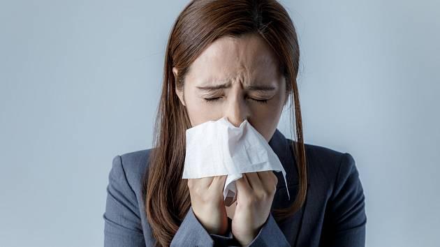 Začíná to pálením v krku, kýcháním a smrkáním, končí ucpaným nosem. Kdo někdy nebojoval s rýmou?