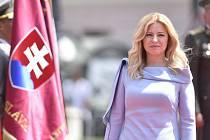 Nová slovenská prezidentka Zuzana Čaputová při přehlídce čestné stráže před Prezidentským palácem po své inauguraci 15. června 2019 v Bratislavě