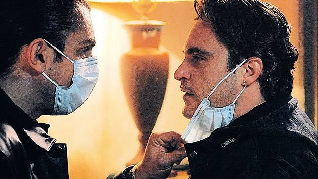 Bobby (Joaquin Phoenix) se kamarádí s ruskou mafií, svému policejnímu původu ale utéct nemůže