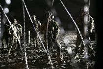 Hlídkující američtí vojáci u mexické hranice
