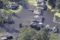 Státy na jihovýchodě USA se vzpamatovávají z úderu hurikánu Matthew, který zde o uplynulém víkendu zabil nejméně 19 lidí a způsobil rozsáhlé záplavy pobřežních oblastí.