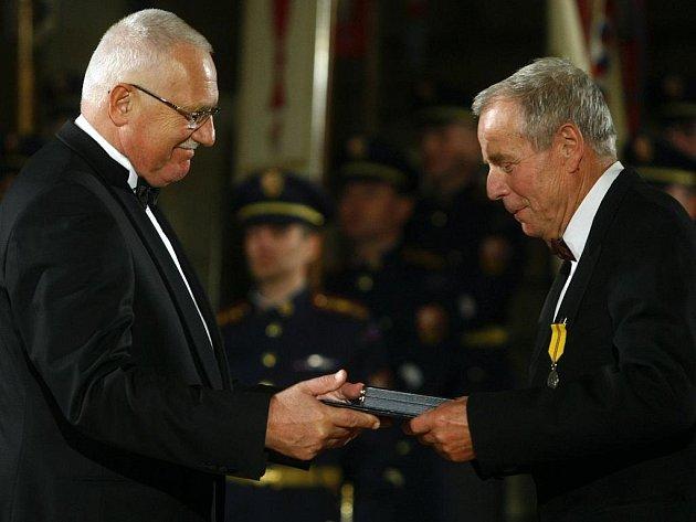 Prezident republiky Václav Klaus (vlevo) udělil 28. října 2009 ve Vladislavském sále Pražského hradu Medaili za zásluhy II. stupně volejbalistovi Josefu Musilovi.
