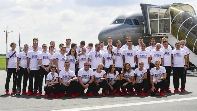 Část české olympijské výpravy před odletem do Tokia.