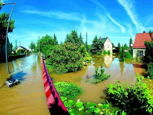 Okrajové části Drážďan zalila voda už během včerejška. Hlavní přívalová vlna z Česka ale dorazí až dnes.