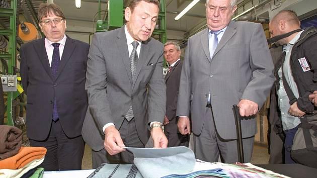 Ředitel textilky Josef Novák (uprostřed) představoval na jaře produkci i prezidentovi.