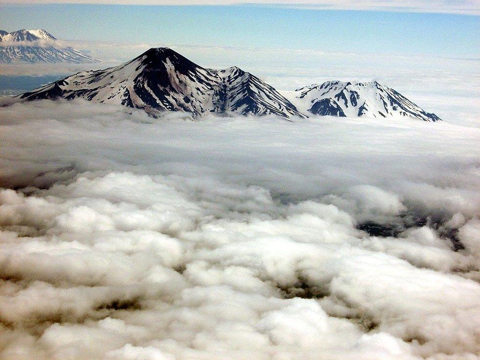 Vlevo Avančinská, vpravo Kozelská sopka. V oblasti byly ještě v dobách Sovětského svazu ukládány do země toxické látky