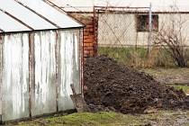 Čtyřiadvacetiletého mladíka našla policie zakopaného na zahradě rodinného domku.
