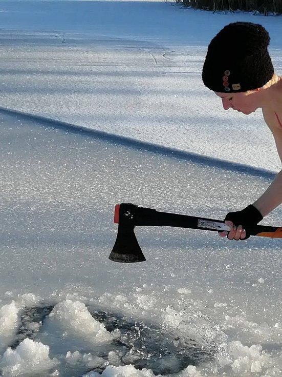 Bezpečnost. Pavla do ledové vody nechodí nikdy sama, vždy má s sebou alespoň jednu dohlížející osobu na břehu.