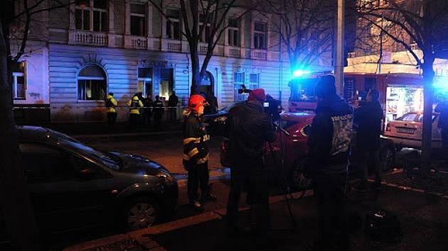 Při požáru vánočního stromu v Praze 2 zemřel člověk