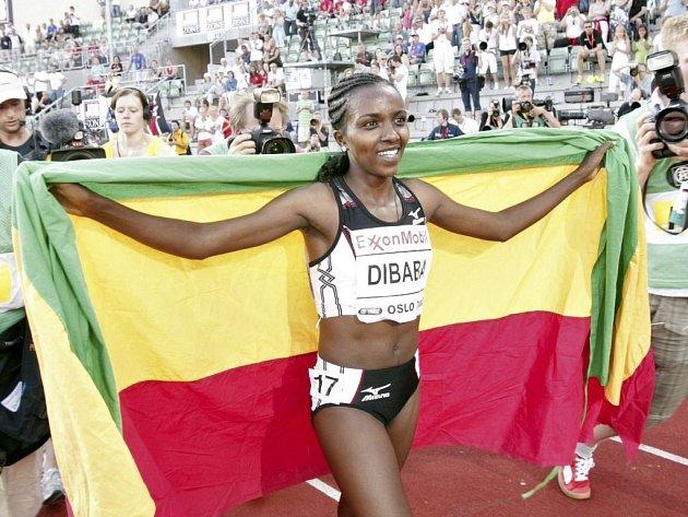 POKOŘILA KRAJANKU. Lidé vstávali a poslední dvě kola ve stoje aplaudovali. Tiruneš Dibabaová z Etiopie pokořila na Zlaté ligy v Oslo světový rekord na 5000 metrů.