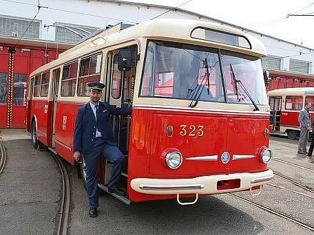 Dvě historické tramvaje a trolejbus, které prošly celkovou renovací představily dnes Plzeňské městské dopravní podniky.