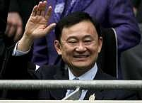 Tchaksin zdraví své příznivce v hledišti fotbalového stadiónu Manchester City před přátelským utkáním s Valencií počátkem srpna.