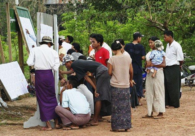 Voliči hledají svá jména na seznamu před volebním střediskem v Pyidueatha.
