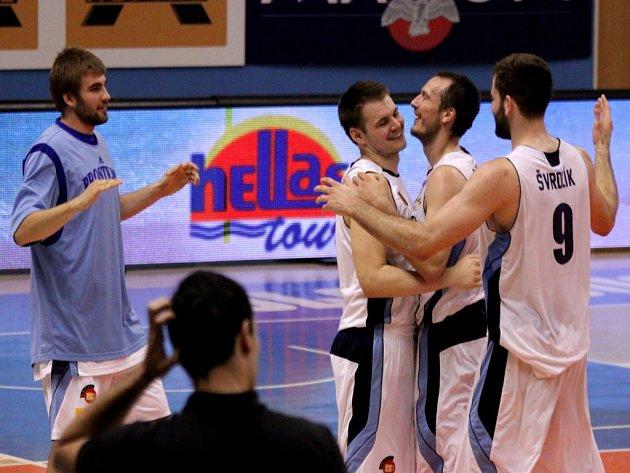 Basketbalisté Prostějova se radují z vítězství.