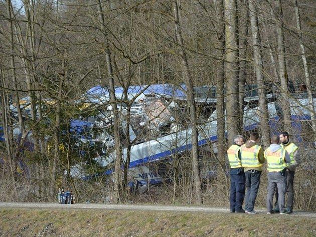 Záchranáři našli tělo posledního pohřešovaného z úterní čelní srážky vlaků v Bavorsku nedaleko Mnichova. Počet obětí železniční nehody tak stoupl na 11.