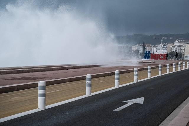Bouře v Nice na jehu Francie.