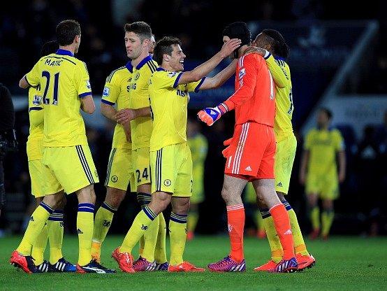 Fotbalisté Chelsea (včetně Petra Čecha) se radují z výhry nad Leicesterem