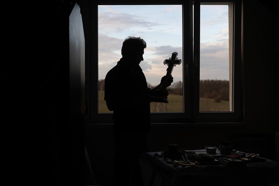Řidič rychlé záchranné služby Václav Hodinka z České Lípy se ve svém volnu věnuje uměleckému pozlacování. V kolárně v panelovém domě opravuje vše, co se vejde do dveří a je schopný také zabezpečit, jako například kříž z volfartického kostela.