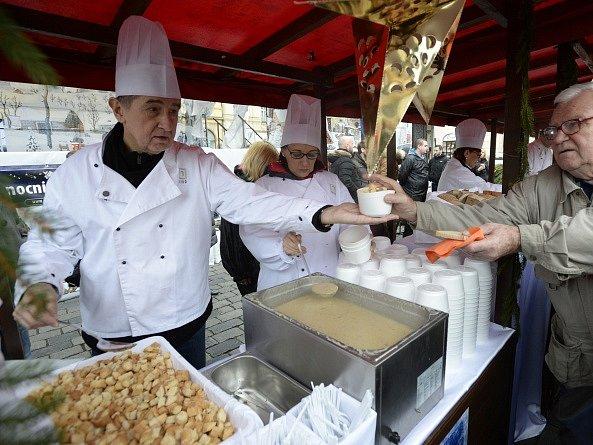 Pražská primátorka Adriana Krnáčová a předseda hnutí ANO Andrej Babiš rozlévali na Staroměstském náměstí v Praze štědrodenní polévku.