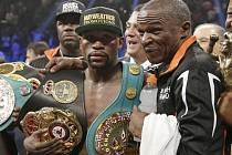 """Boxerský """"zápas století"""" vyhrál Floyd Mayweather Jr. (vlevo) a stal se profesionálním mistrem světa ve welterové váze."""