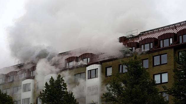 Dým stoupající z oken domu ve švédském Göteborgu, kde došlo 28. září 2021 k explozi