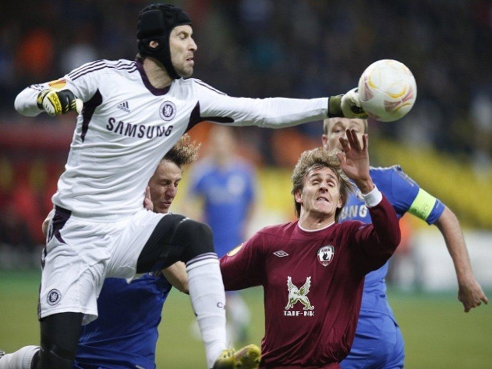 Brankář Chelsea Petr Čech chytá míč před Vladimirem Djadjunem z Kazaně.