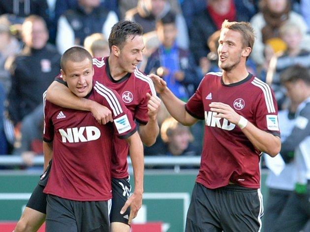 Fotbalisté Norimberka (zleva) Adam Hloušek, Josip Drmič a Tomáš Pekhart se radují z gólu proti Brémám.