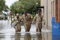 Georgetown je skoro celý pod vodou. Záplavy si vyžádaly několik lidských životů.