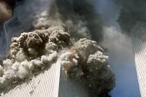 Jižní mrakodrap newyorského Světového obchodního střediska (WTC) se řítí v oblacích kouře k zemi poté, co do budov 11.září narazila v rozmezí 18 minut dvě letadla.