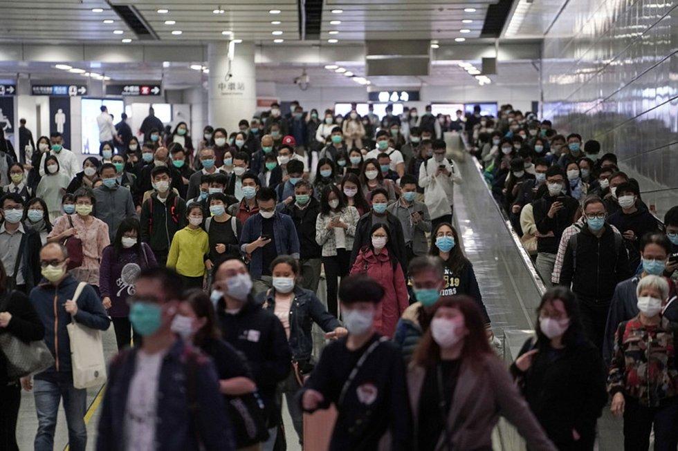 Lidé s ochrannými rouškami v metru v Hongkongu