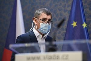 Premiér Andrej Babiš vystoupil 18. března 2020 v Praze s ochrannou rouškou na tiskové konferenci po mimořádném zasedání vlády k situaci kolem šíření nového typu koronaviru.