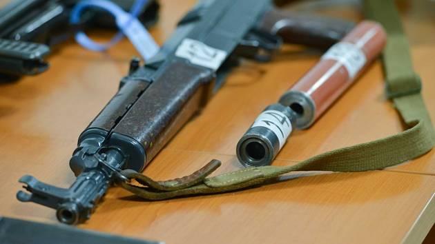 Zabavené zbraně ukázali novinářům zástupci krajského policejního ředitelství 6. června 2019 v Liberci na tiskové konferenci k případu nedovoleného ozbrojování. Stíháno je devět lidí, mezi zadrženými zbraněmi byly i samopaly
