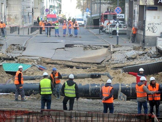 Zřejmě při stavbě druhé trasy metra se dnes v centru Varšavy propadl kus ulice.