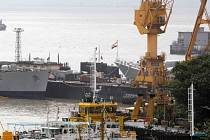 Potápěči vyprostili první dvě mrtvá těla z indické vojenské ponorky, která se potopila u Bombaje po výbuchu a požáru na palubě.