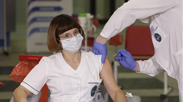 Vrchní sestra Alicja Jakubowská dostává vakcínu proti covidu-19 od lékaře Artura Zaczyńského v Nemocnici ministerstva vnitra ve Varšavě 27. prosince 2020.