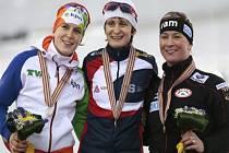 Martina Sáblíková (uprostřed) získala v Soči desátý titul mistryně světa. V závodu na 5000 m zvítězila před druhou Ireen Wüstovou (vlevo), třetí byla Claudia Pechsteinová.