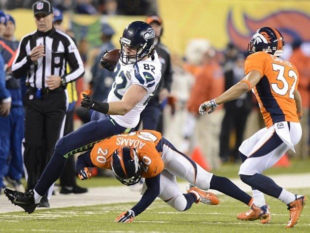 Luke Wilson ze Seattlu (vlevo) zastaven hráčem Denveru při Super Bowlu.