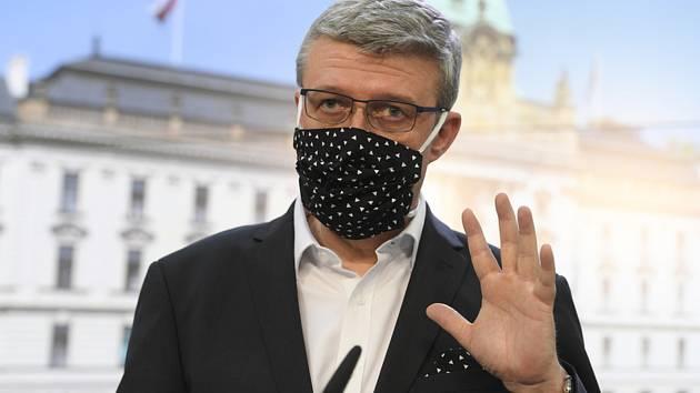 Ministr průmyslu a obchodu Karel Havlíček vystoupil 6. dubna 2020 v Praze na tiskové konferenci po jednání vlády o dalších opatřeních při řešení dopadů epidemie koronaviru.