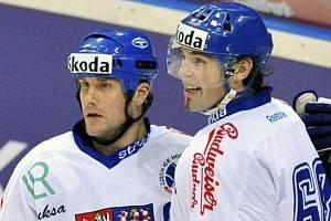 Jaromír Jágr (vpravo) a Martin Straka v zápase české reprezentace.