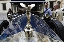 Přehlídkou veteránů na druhém nádvoří Valdštejnského paláce v Praze byl 15. července zahájen dvanáctý ročník jízdy historických automobilů Retro Prague 2011. Na snímku je Rolls-Royce Phantom z roku 1929.